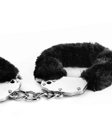 Белезници с черен плюш - Fetish Pleasure Fluffy Hand Cuffs — 3
